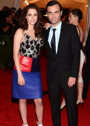 A atriz Kristen Stewart e o estilista Nicolas Ghesquière posam durante o baile de gala do museu Metropolitan, em Nova York (07/05/2012) - Getty Images