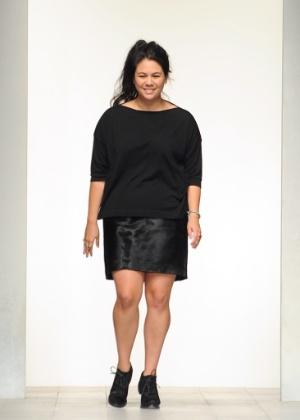 A estilista Simone Rocha aparece na boca de cena ao fim de seu desfile da semana de moda de Londres para o Verão 2013 (18/09/2012) - Getty Images