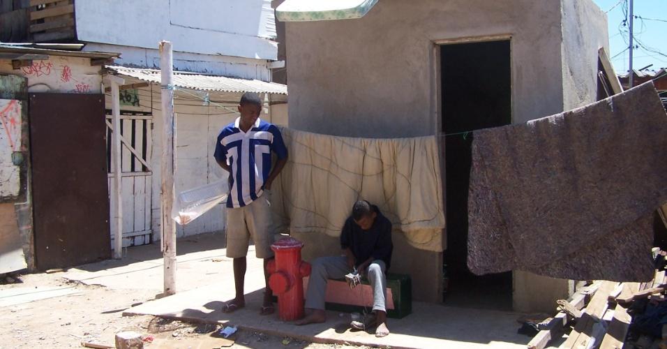 5.nov.2012 - A favela do Moinho recebeu um hidrante, mas ninguém tem a chave para abri-lo. Além disso, foi construída uma casa para abrigar os equipamentos, extintores e mangueiras, mas até agora nada chegou à comunidade