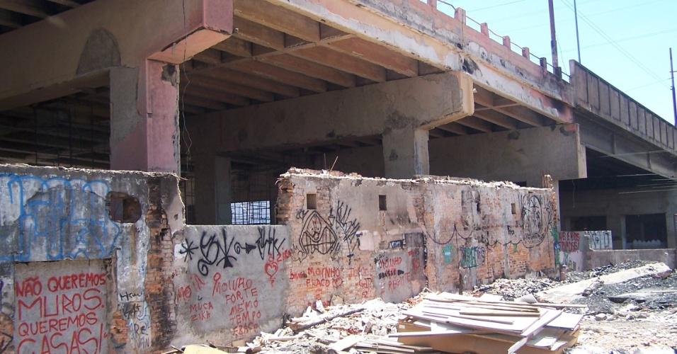 5.nov.2012 - Agentes do poder público construíram um muro onde antes havia barracos, que foram destruídos no último incêndio ocorrido na favela do Moinho, na região central de São Paulo. A área fica embaixo do viaduto Engenheiro Orlando Murgel. Os moradores estão impedidos de reconstruir suas casas