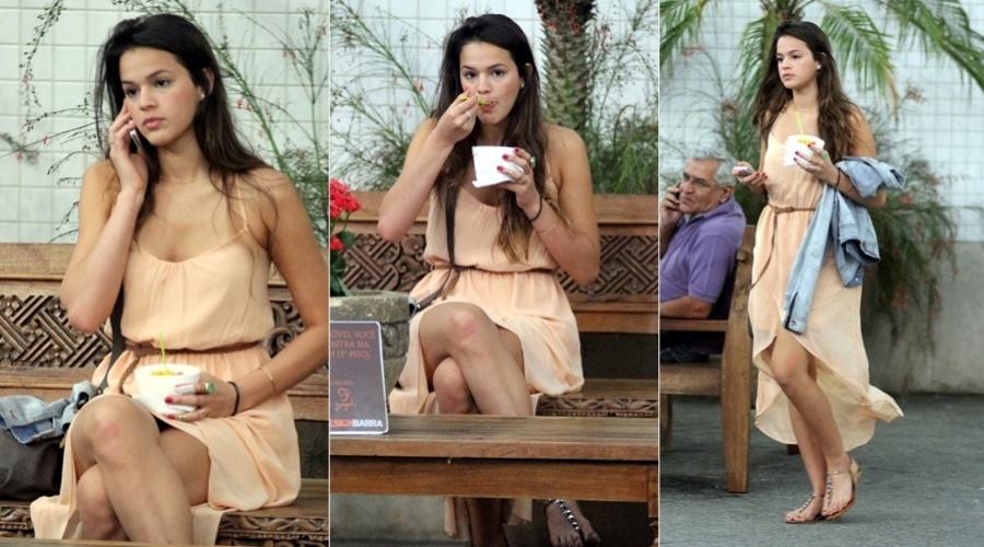 """Bruna Marquezine passeou por um shopping da zona oeste do Rio (5/11/12). Sozinha, a atriz que interpreta a periguete Lurdinha, em """"Salve Jorge"""", aproveitou para tomar um sorvete. Bruna tem sido apontada como a nova namorada do jogador Neymar"""