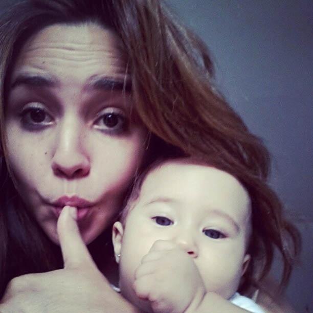 Cantora Perlla divulga foto da filha chupando o dedo (5/11/2012)