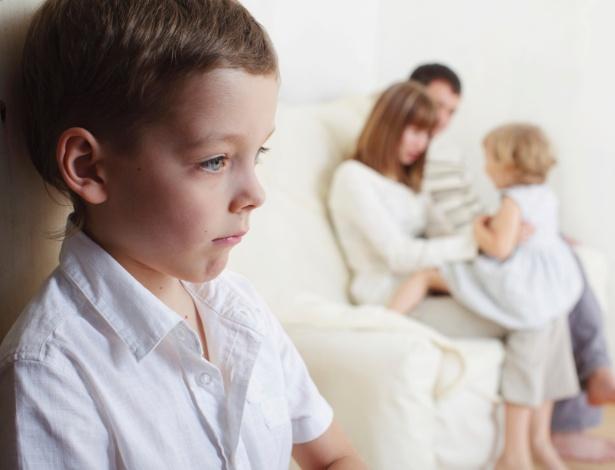 Os pais não devem deixar as manifestações de ciúme passar em branco, mesmo as mais corriqueiras - Thinkstock