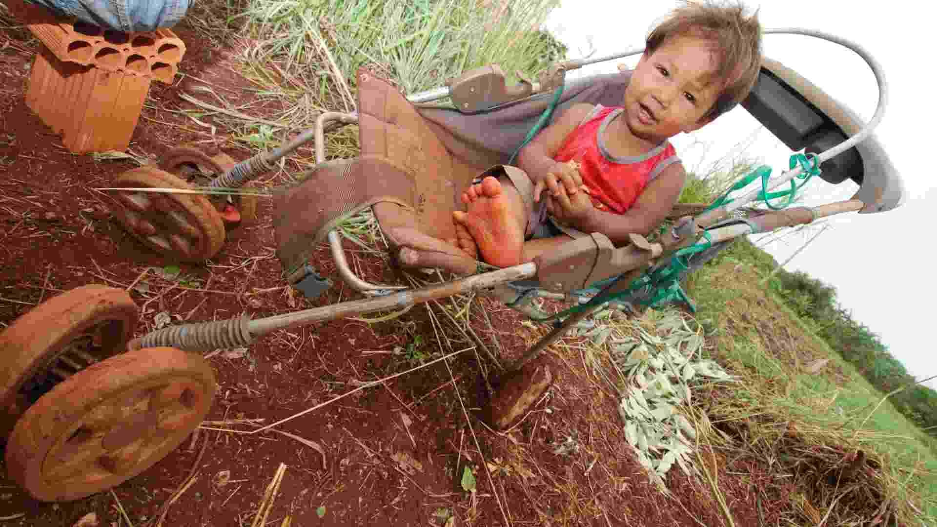 Desde crianças, os índios dependem de doações dos brancos em Dourados, cidade a 224 Km de Campo Grande, capital do Mato Grosso do Sul  - Ademir Almeida/UOL