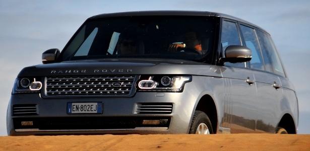 """Range Rover Vogue V8 mostra a que veio: conjunto óptico ganhou um """"frufru"""" que lembra o urbanóide Evoque, mas o topo de gama da Land Rover continua sendo paradigma de off-road luxuoso  - André Deliberato/UOL"""