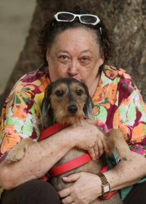 """Marilu Bueno, a Olívia de """"Guerra dos Sexos"""", abraça a cadela Paçoca durante passeio em Copacabana, na zona sul do Rio (5/11/2012)"""