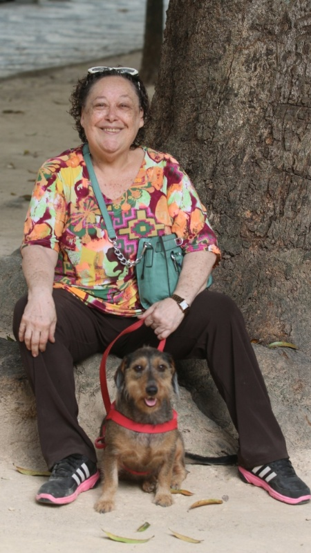 A atriz Marilu Bueno, com a cadela Paçoca - Ricardo Leal/UOL