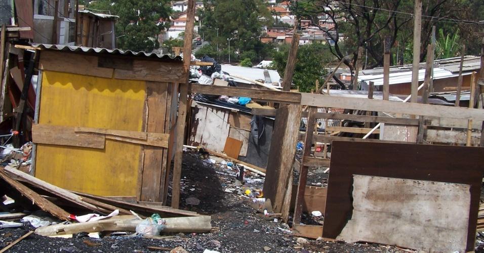 5.nov.2012 - Moradores da favela do Piolho, na zona sul de São Paulo, lutam para reconstruir seus barracos após o grande incêndio que atingiu a comunidade em setembro