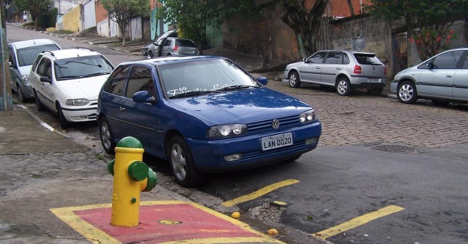 5.nov.2012 - Na favela do Piolho, zona sul de São Paulo, um hidrante foi instalado, mas afastado da comunidade, que fica no quarteirão ao lado desta rua