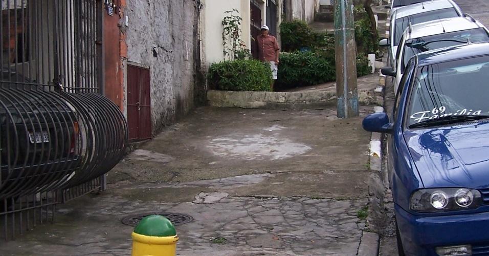 5.nov.2012 - Na favela do Piolho, zona sul de São Paulo, um hidrante foi instalado, mas afastado da comunidade, que fica no quarteirão ao lado desta rua. O Piolho tampouco recebeu mangueiras e equipamentos de combate a incêndios