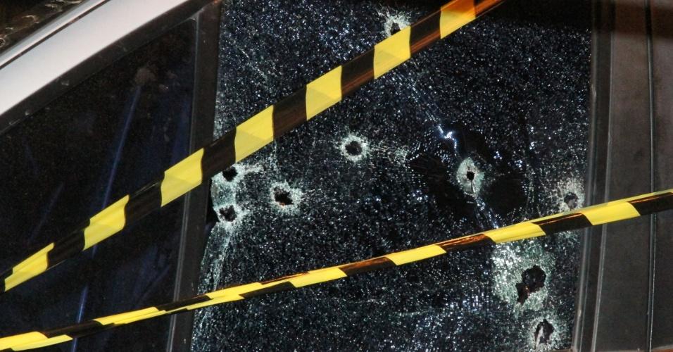 O carro de um agente penitenciário foi alvejado com nove tiros na rua Ilha Comprida, zona norte de São Paulo, nesta segunda-feira (5). Os ocupantes do veículo foram socorridos no Hospital Municipal de Guarulhos