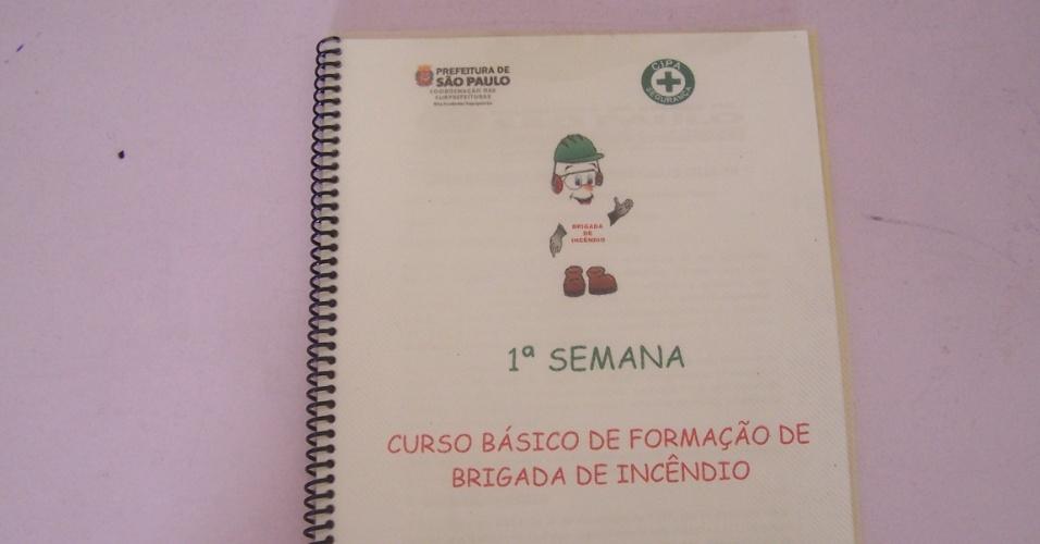 5.nov.2012 - Os brigadistas também ficam com a apostila do curso do Previn, oferecido pela Prefeitura de SP