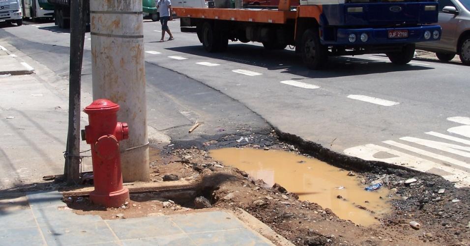 5.nov.2012 - Outro hidrante instalado na favela de Vila Prudente, zona leste de São Paulo. Os moradores reclamam do odor das obras