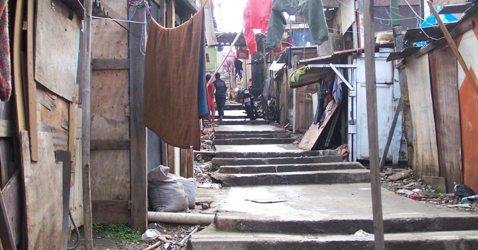 5.nov.2012 - Um escadão começou a ser construído na favela do Piolho, zona sul de São Paulo, para facilitar o acesso em caso de fogo. A obra, no entanto, foi interrompida sem maiores explicações
