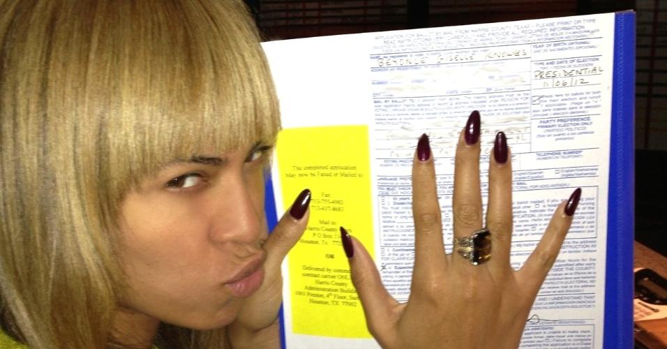 6.nov.2012 - A cantora norte-americana Beyonce Knowles vota e posta fotos em sua página oficial, correndo o risco de invalidar o voto