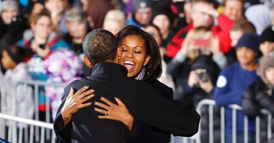 6.nov.2012 - A primeira-dama dos Estados Unidos, Michele Obama, abraça o presidente americano e candidato à reeleição, Barack Obama, durante o último ato de campanha do democrata em Des Moines, no estado de Iowa, na noite desta segunda-feira. Emocionado, Obama lembrou que lançou sua primeira campanha à presidência no Estado, em 2008