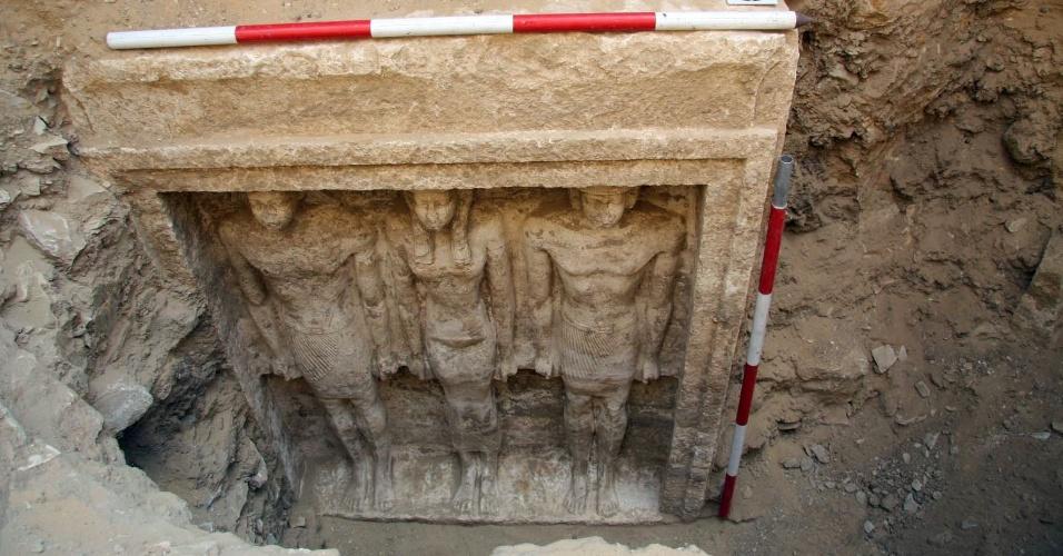 """6.nov.2012 - A tumba de uma princesa faraônica da V dinastia (2.500 a.C.) foi descoberta na região de Abusir, 25 km ao sul do Cairo. """"Descobrimos a antecâmara da tumba da princesa faraônica Shert Nebti, cujo centro há quatro colunas de calcário"""", anunciou o ministro das Antiguidades egípcio, Mohamed Ibrahim. """"As colunas apresentam hieroglifos com o nome da princesa e seus títulos"""", acrescentou"""