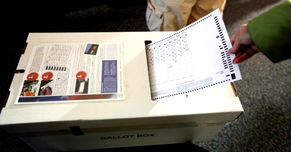 6.nov.2012 - Eleitor deposita seu voto em urna localizada em uma igreja em Yorktown, Nova York, sem eletricidade desde a passagem do furacão Sandy