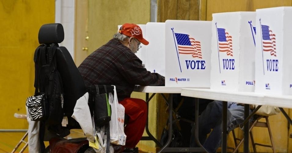 6.nov.2012 - Eleitor norte-americano registra seu voto em Wichita, Kansas (EUA), nas eleições presidenciais. Atualmente, o pleito está bastante disputado entre Barack Obama, candidato à reeleição pelo Partido Democrata, e o republicano Mitt Romney