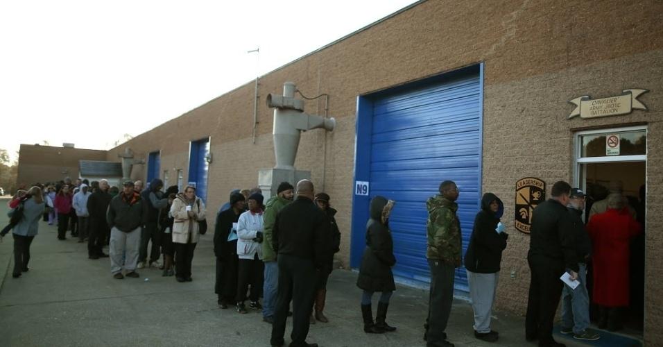 6.nov.2012 - Eleitores aguardam em fila para votar no colégio Caroline, em Milford, Virgínia (EUA), durante as eleições presidenciais norte-americanas. O pleito está acirrado entre o candidato à reeleição Barack Obama e Mitt Romney, representante do Partido Republicano