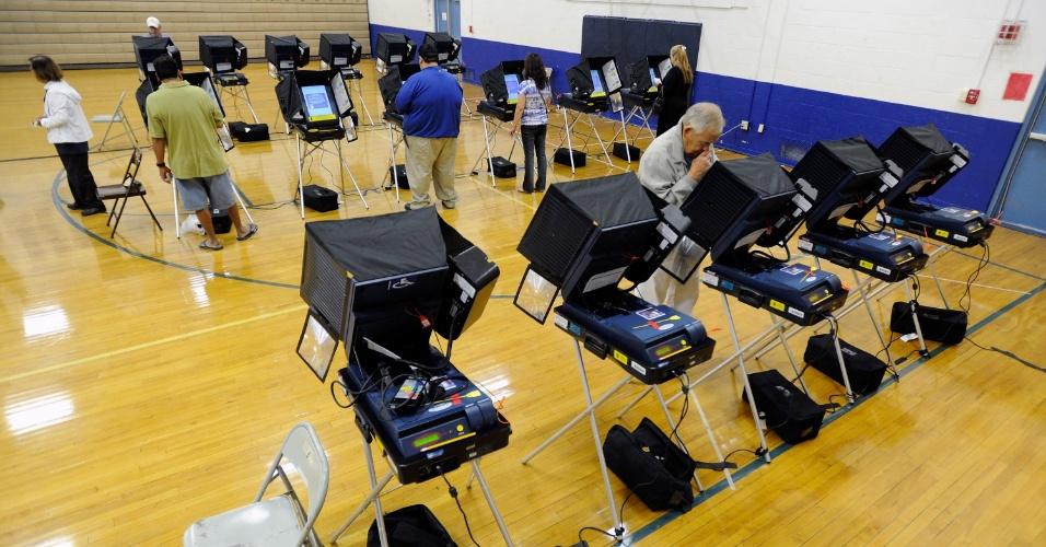 6.nov.2012 - Eleitores depositam seus votos em uma estação de votação em Las Vegas, Nevada. Estado com o maior índice de desemprego no país, Nevada apresenta pequena vantagem nas pesquisas para Obama