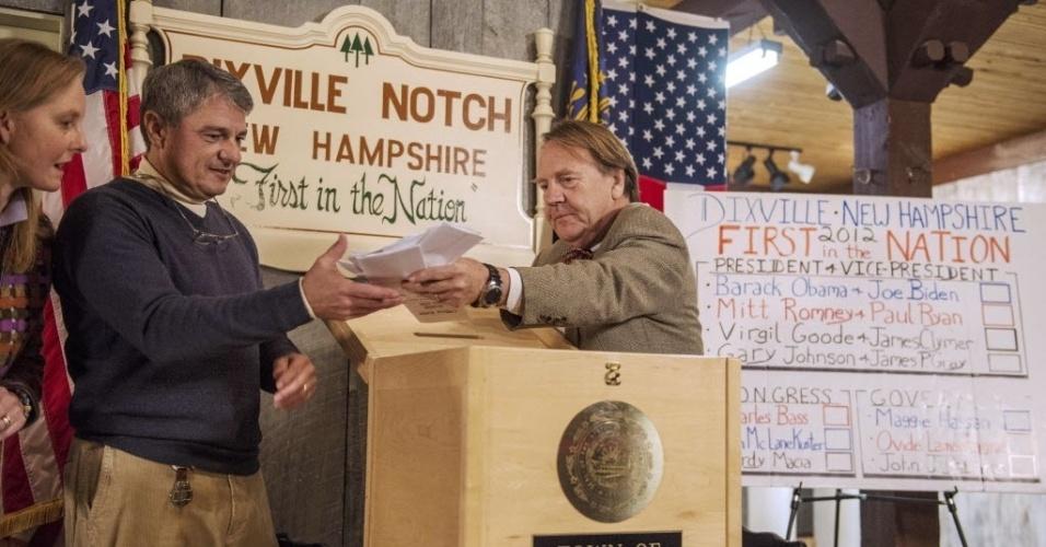 6.nov.2012 - Eleitores depositam seus votos em urna do vilarejo de Dixville Notch, New Hampshire (EUA). O local foi o primeiro a abrir as portas nos Estados Unidos para a votação presidencial deste ano. Com apenas dez eleitores, o resultado já foi contabilizado e deu empate: cinco votos para o presidente e candidato democrata à reeleição, Barack Obama, e outros cinco para o republicano Mitt Romney
