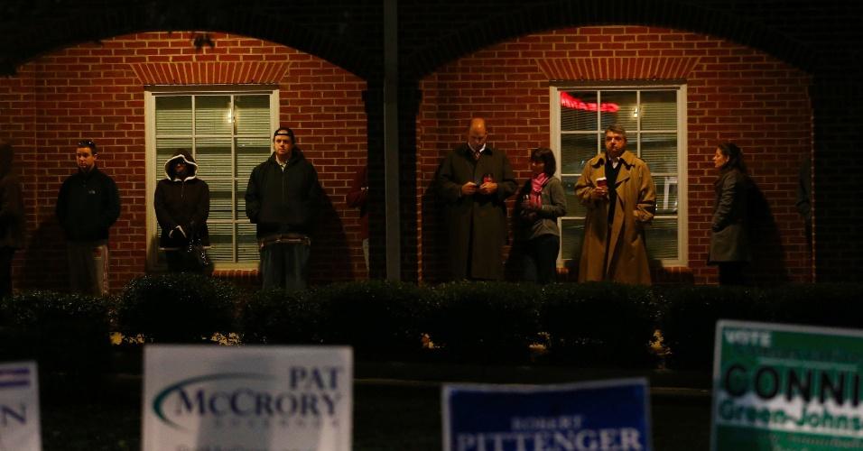 6.nov.2012 - Eleitores fazem fila antes do começo da votação em igreja metodista de Pineville, na Carolina do Norte (EUA), na madrugada desta terça-feira