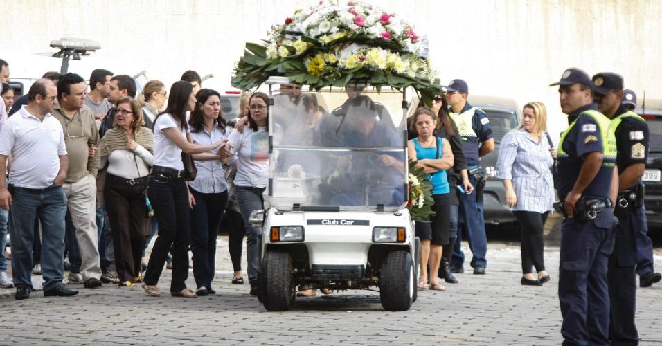 6.nov.2012 - Enterro de Amanda Fernão Martinho, de 10 anos, no cemitério Quarta Parada, zona leste de São Paulo. A menina foi atingida por uma bala perdida disparada por um policial do Corpo de Bombeiros, durante um assalto na noite de domingo (4) no Ipiranga, na zona sul. Um ladrão foi morto e um motoboy que passava perto do local ficou ferido