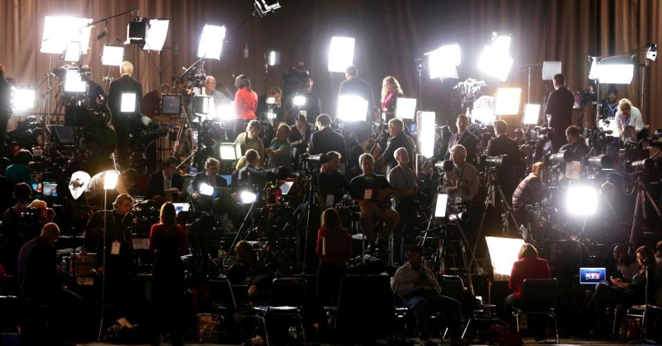 6.nov.2012 - Jornalistas aguardam o presidente americano, Barack Obama, no McCormick Place, em Chicago, Illinois, onde ele fará seu discurso final