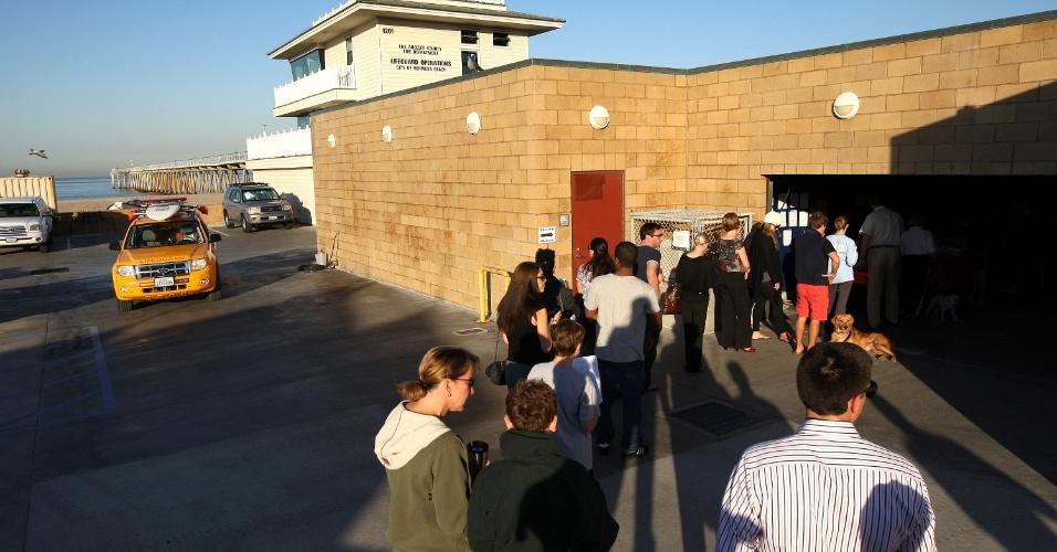 6.nov.2012 - Moradores de Los Angeles fazem fila para votar em estação de salva-vidas na região de Hermosa Beach, no litoral sul da cidade californiana. Conforme os norte-americanos votam, os candidatos democrata e republicano, Barack Obama e Mitt Romney, seguem tecnicamente empatados, segundo as pesquisas