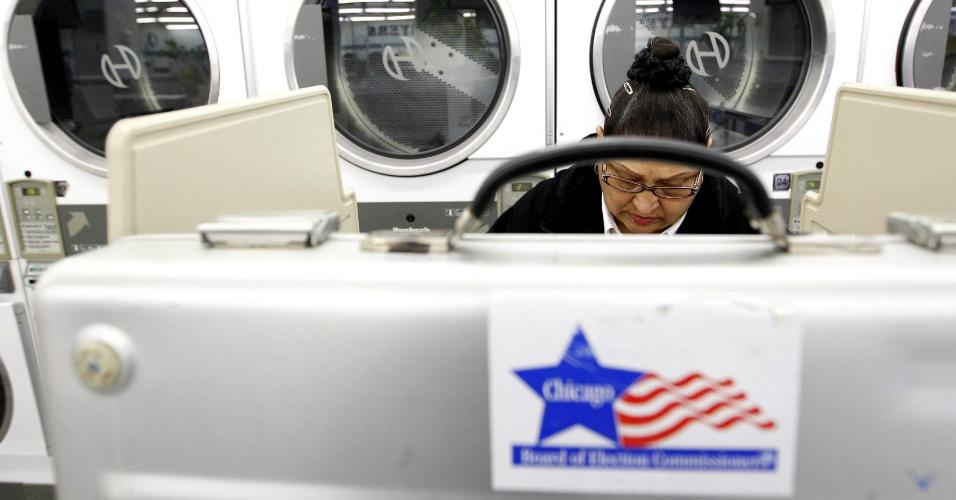 6.nov.2012 - Mulher deposita seu voto em um posto de votação instalado em uma lavanderia em Chicago, Illinois, berço político do presidente democrata Barack Obama e onde ele apresenta vantagem sobre o candidato republicano Mitt Romney