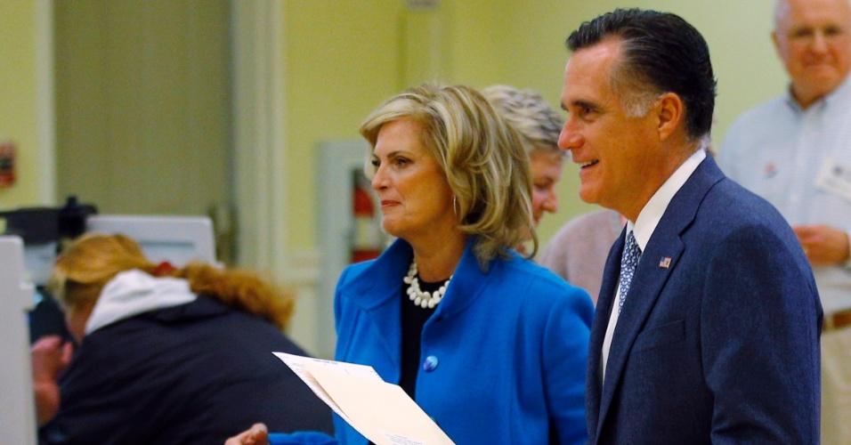 6.nov.2012 - O candidato republicano à Presidência dos Estados Unidos, Mitt Romney, e sua mulher, Ann Romney, seguram as cédulas de votação em Belmont, Massachusetts (EUA), onde votaram nesta terça-feira, dia da eleição presidencial nos Estados Unidos. Quando perguntado sobre em quem havia votado, Romney disse: