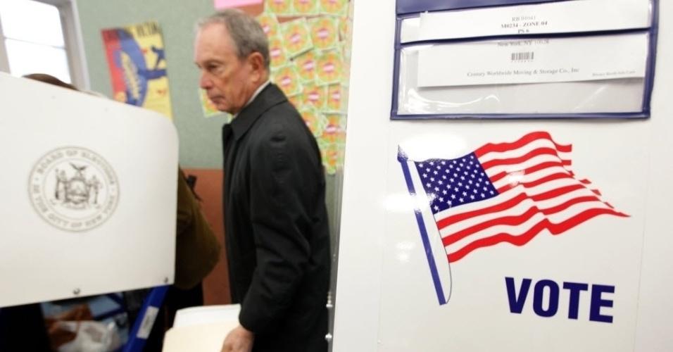 6.nov.2012 - O prefeito de Nova York, Michael Bloomberg, registra seu voto, nesta terça-feira (6), em colégio de Nova York (EUA), durante as eleições presidenciais. No dia 1°, Bloomberg anunciou apoio ao presidente dos Estados Unidos e candidato à reeleição, Barack Obama