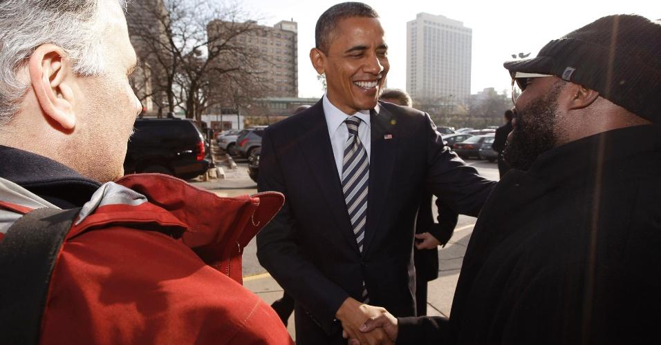 6.nov.2012 - O presidente dos Estados Unidos e candidato à reeleição, Barack Obama (ao centro), cumprimenta com voluntários de sua campanha na saída de seu comitê em Chicago, no estado de Illinois (EUA), nesta terça-feira, dia da eleição presidencial americana. Antes, Obama fez ligações dentro do escritório para voluntários, agradecendo pelo trabalho