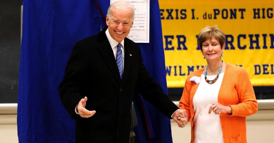 6.nov.2012 - O vice-presidente dos Estados Unidos, Joe Biden, cumprimenta funcionária de seção eleitoral em Greenville, no Estado de Delaware (EUA), onde votou nesta terça-feira, dia de eleição presidencial nos Estados Unidos