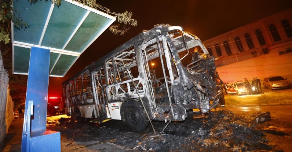 6.nov.2012 - Ônibus é incendiado por criminosos na rua Queiróz Filho, em Santo André, na região do ABC paulista