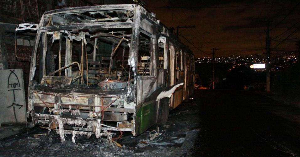 6.nov.2012 - Ônibus incendiado na noite de segunda-feira (5) aguarda remoção na avenida Deputado Cantídio Sampaio, na Brasilândia, zona norte de São Paulo