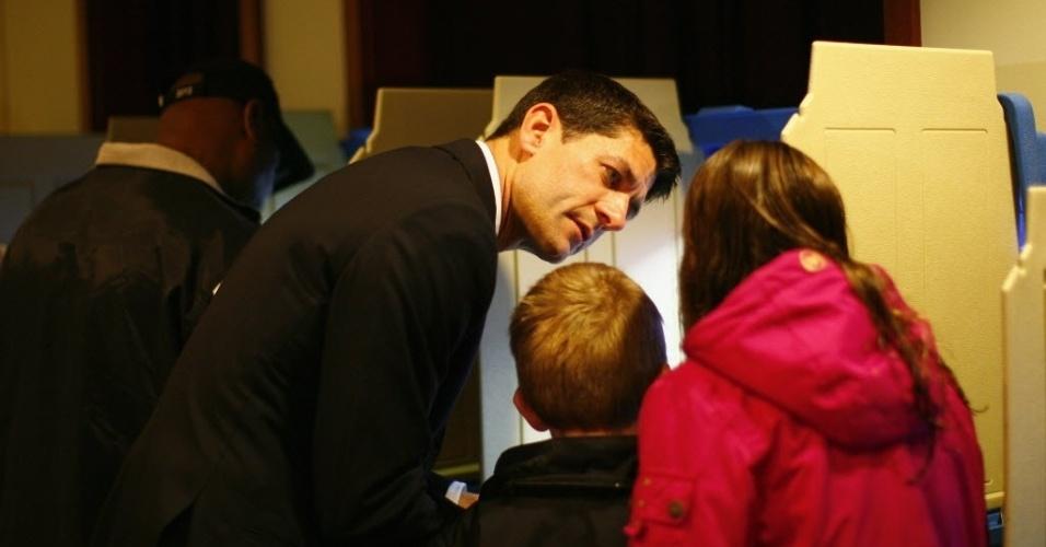 6.nov.2012 - Paul Ryan, candidato a vice-presidente na chapa de Mitt Romney, registra seu voto ao lado dos filhos, em Janesville, no Estado de Wisconsin (EUA)