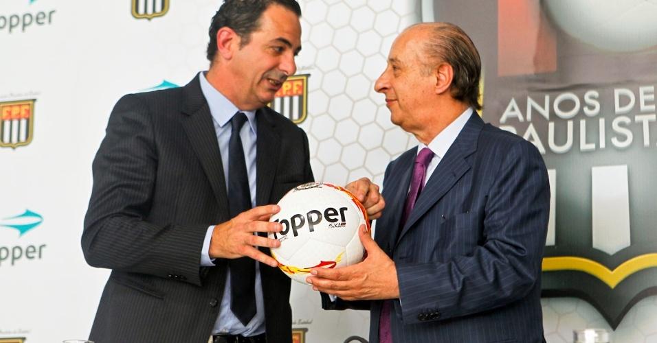 A bola tem o brasão da FPF, que desta vez está em dourado e acompanhado de um selo comemorativo