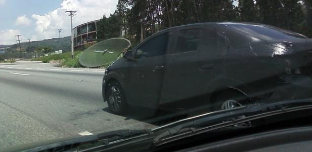 Chevrolet Onix sedã camuflado trafega na rodovia Fernão Dias, perto de Mairiporã (SP) - Diego Silva/UOL