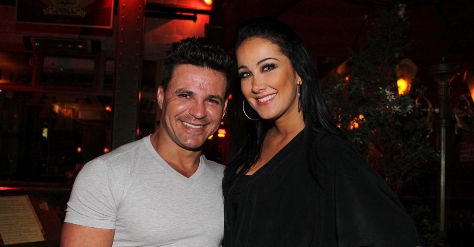 Eduardo e Helen Ganzaroli saindo do restaurante Paris 6 no bairro do Itaim, em São Paulo (5/11/12)