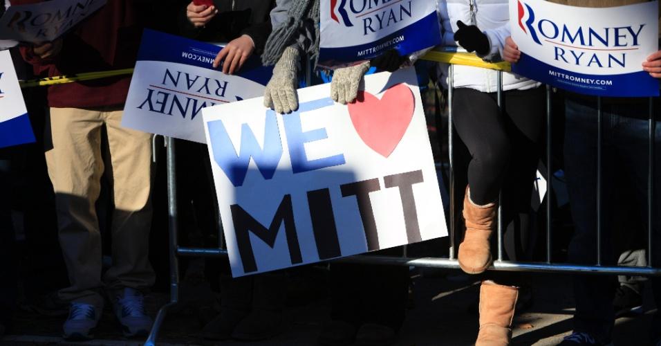 6.nov.2012 - Jovens seguram cartazes de apoio ao candidato republicano à Presidência dos Estados Unidos, Mitt Romney, em Massachusetts (EUA), onde ele e a sua mulher, Ann Romney, votaram nesta terça-feira, dia da eleição presidencial nos Estados Unidos