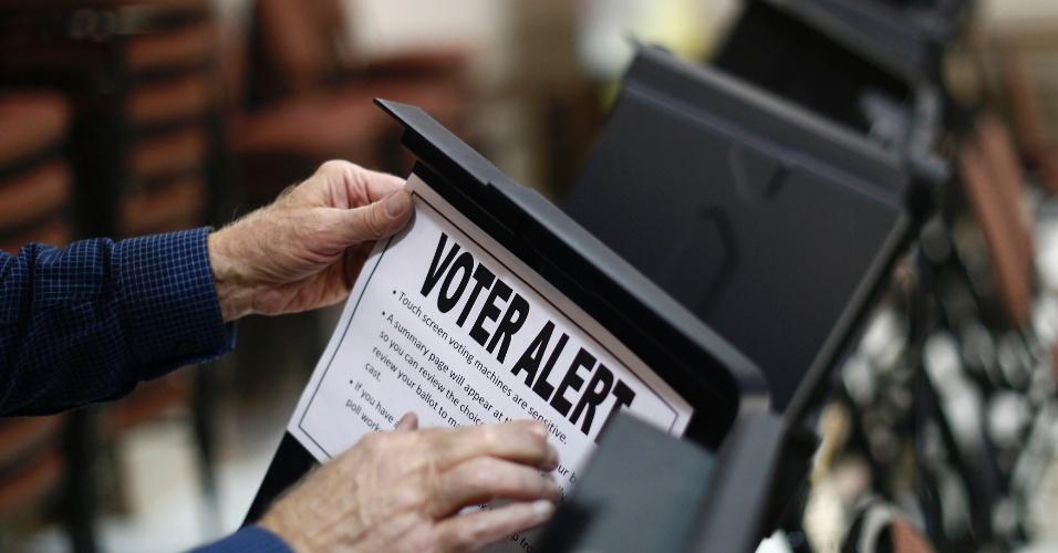 Funcionário de seção eleitoral em Pineville, na Carolina do Norte (EUA), cola aviso em urna eletrônica, alertando os eleitores que a tela é sensível ao toque. Nesta terça-feira, ocorre a eleição presidencial nos Estados Unidos. O presidente democrata Barack Obama disputa a reeleição com o candidato republicano Mitt Romney