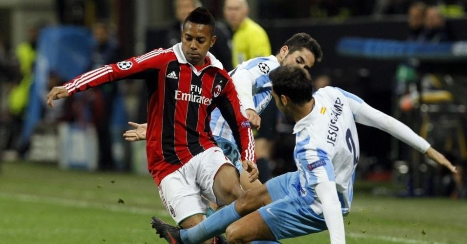 06.nov.2012 - Robinho disputa bola durante o empate do Milan com o Málaga, por 1 a 1 pela Liga dos Campeões