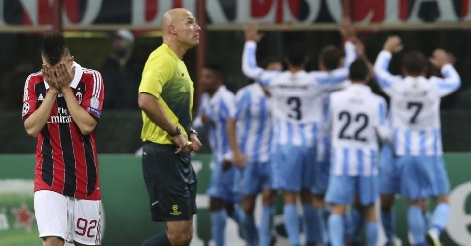 Stephan El Shaarawy, do Milan, lamenta gol do Málaga, enquanto jogadores do clube espanhol se juntam na comemoração; jogo terminou em 1 a 1