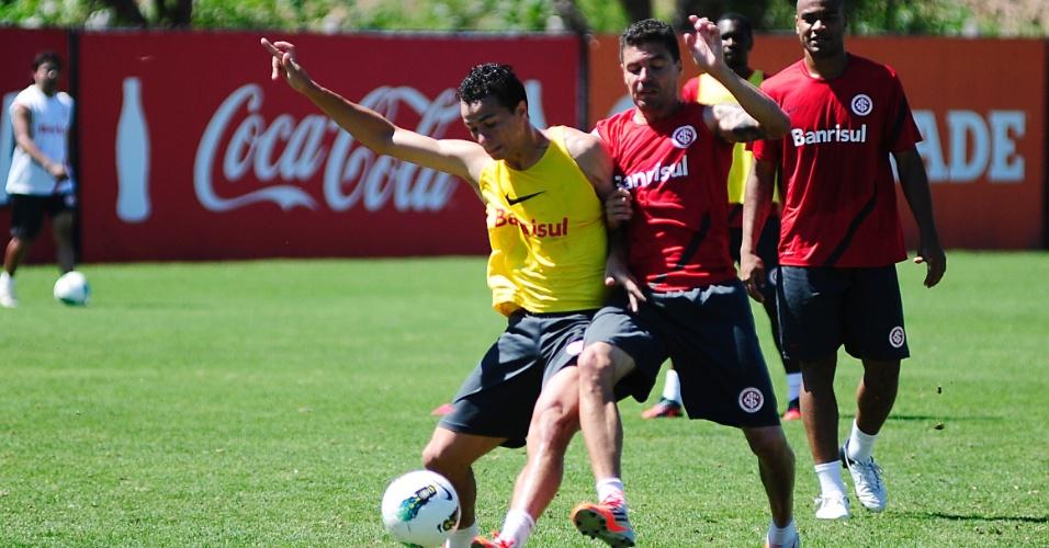 Zagueiro Bolívar e centroavante Leandro Damião disputam bola em treino do Inter no CT do Parque Gigante (06/11/2012)