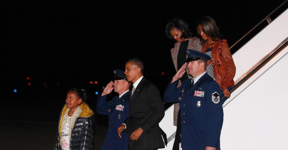 7.nov.2012 -O presidente reeleito dos Estados Unidos, Barack Obama, a primeira-dama, Michelle Obama, e as filhas do casal, Malia e Sasha chegam em Washington (EUA)