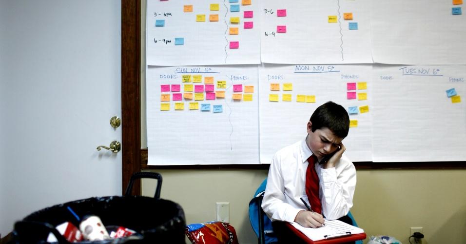 6.nov.2012 - Matthew Marois, 12, faz campanha para o candidato republicano, Mitt Romney, encorajando as pessoas a saírem de casa, em Virginia Beach, Virginia, e votarem