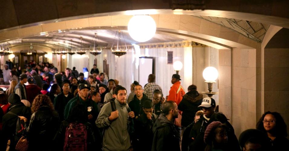 6.nov.2012 - Moradores de Hartford, Connecticut, fazem filas para votar na sede da prefeitura