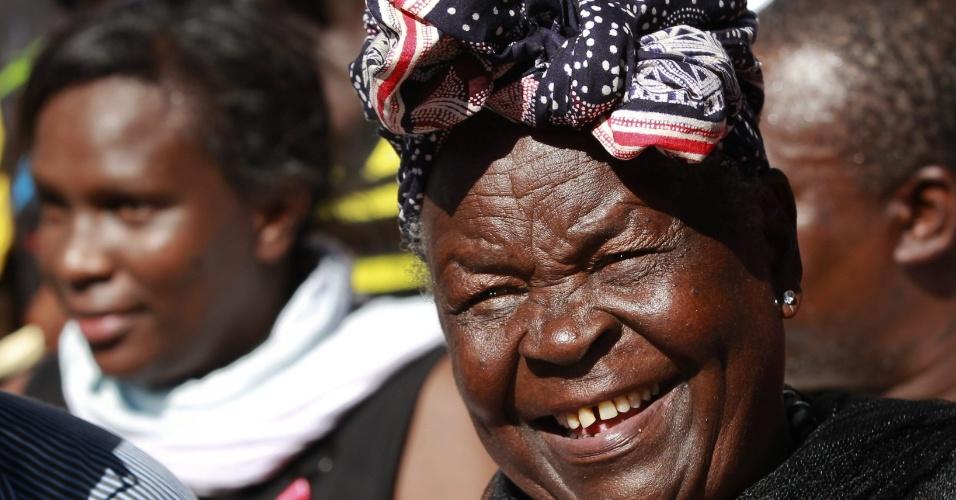 7.nov.2012 - A avó queniana de Barack Obama, Sarah Onyango Obama, 90, celebra a vitória do neto famoso nas eleições presidenciais norte-americanas. Sarah é a segunda mulher do avô de Obama, e, apesar de não ser parente sanguíneo do presidente, é constantemente citado por ele como